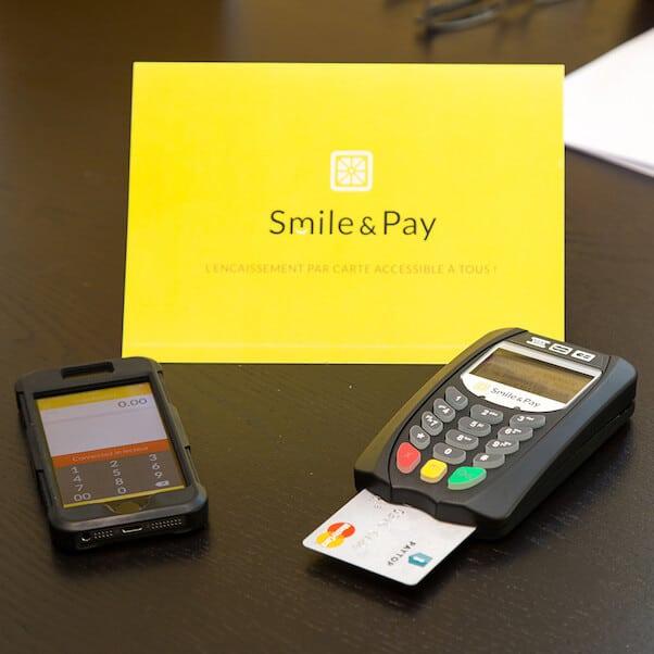 Terminal de paiement smile&pay sur une table avec un iPhone