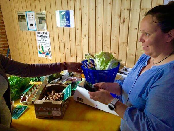 Vente de legumes avec un terminal de paiement